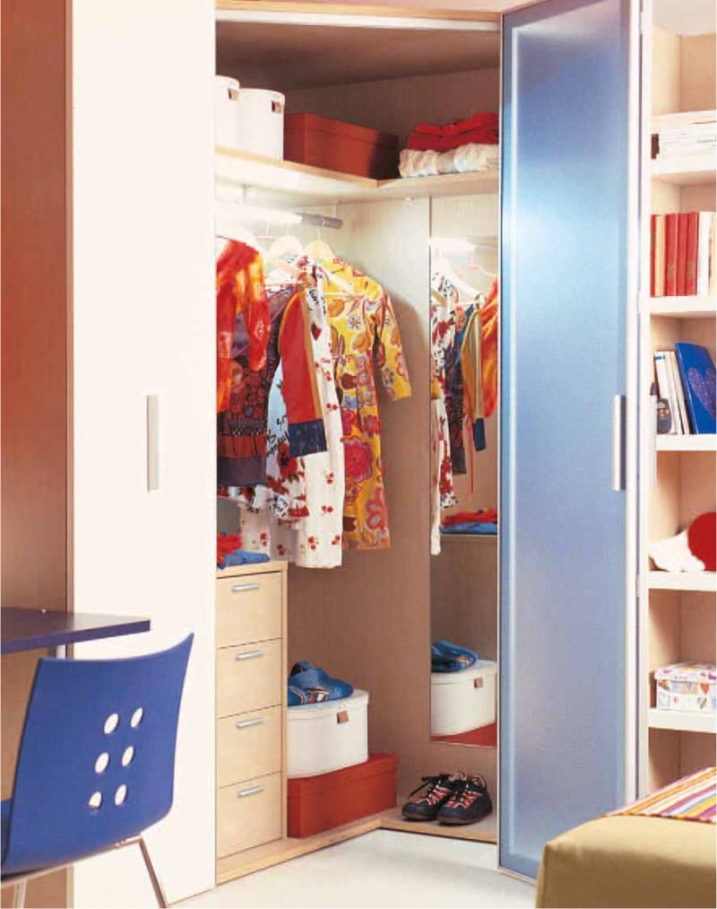 In questa cameretta per ragazzi la cabina armadio angolare divide gli hmphotographyshoppe - Cabina armadio per cameretta ...