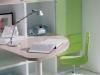 scrivania e sedia su ruote