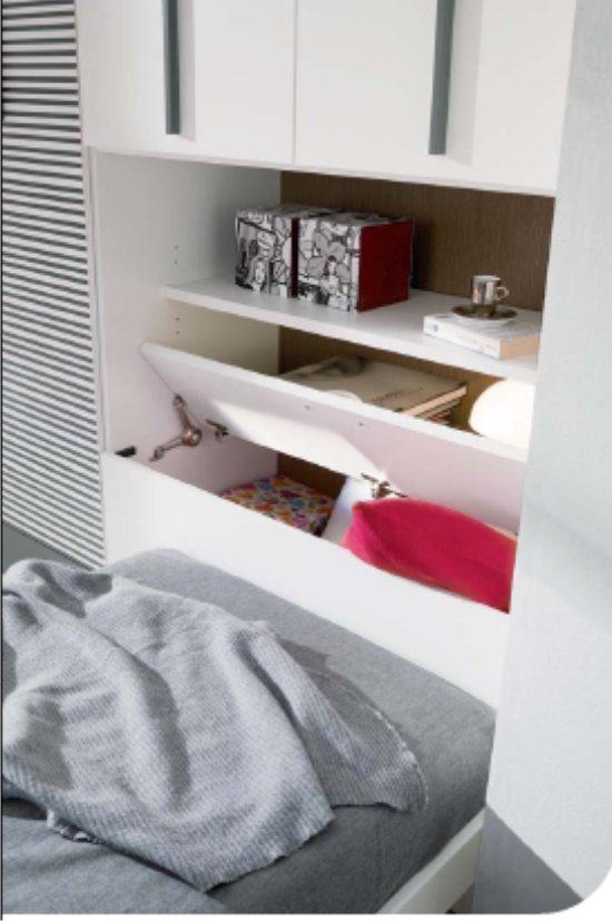 Cameretta con letto a terra in stile minimal bianca e nera