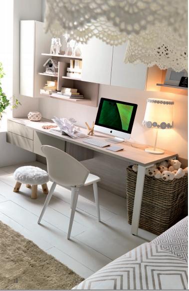 scrivania con mensole e pensili