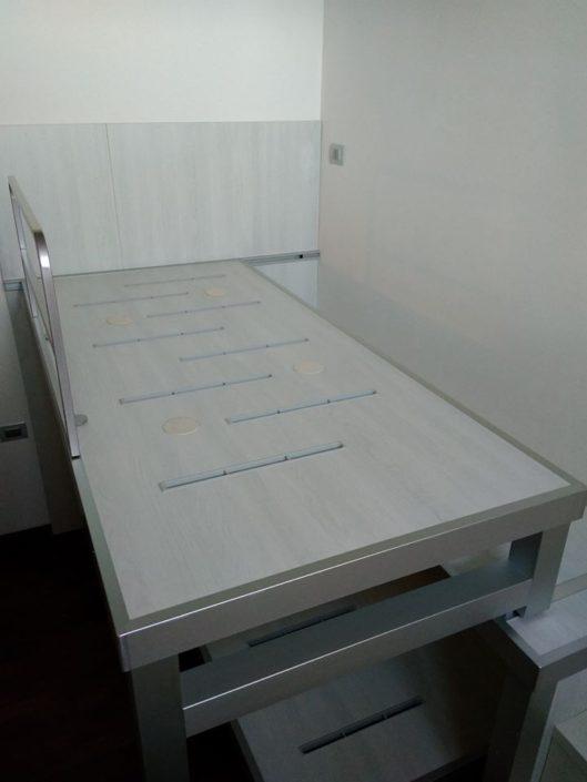 il moderno letto con pianale scorre su binario.