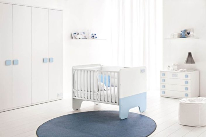 azzurro e bianco in questo arredo da bimbi appena nati