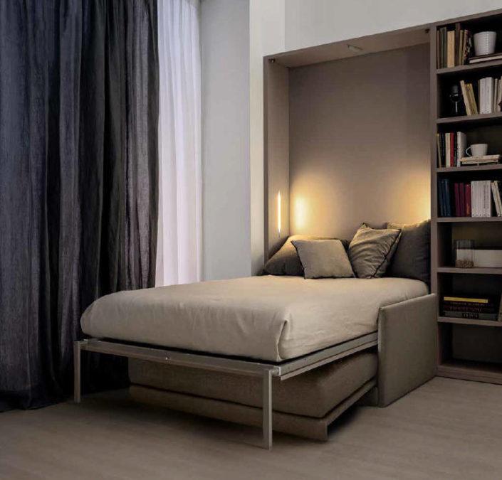 Il letto aperto si appoggia al divano