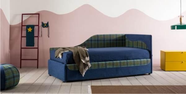 un letto singolo con divano