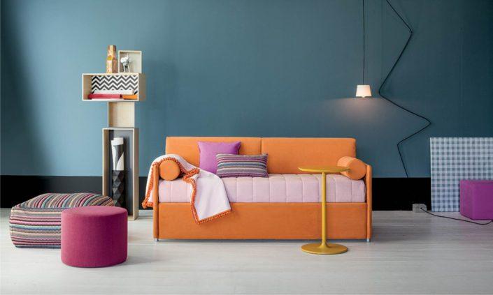 divanetto arancione imbottito