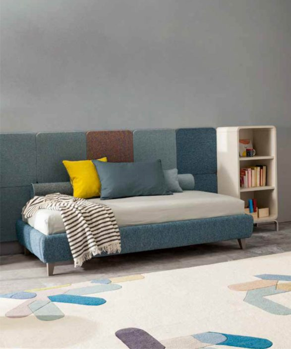 letto sommier con boiserie tessile