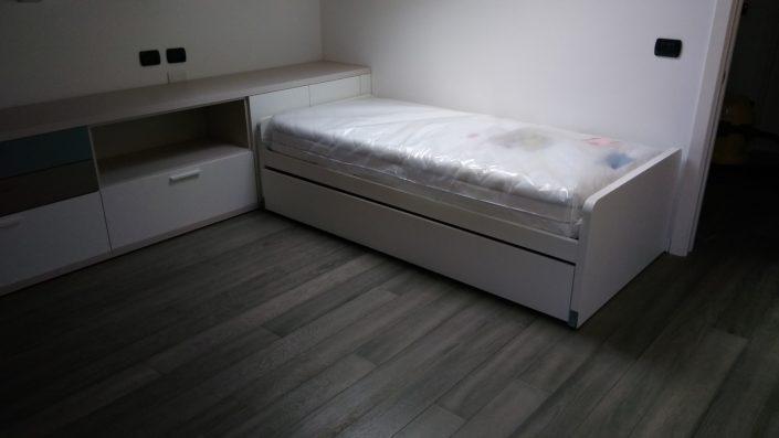 un letto singolo in mansarda